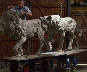 lion-sculptor-sculpture